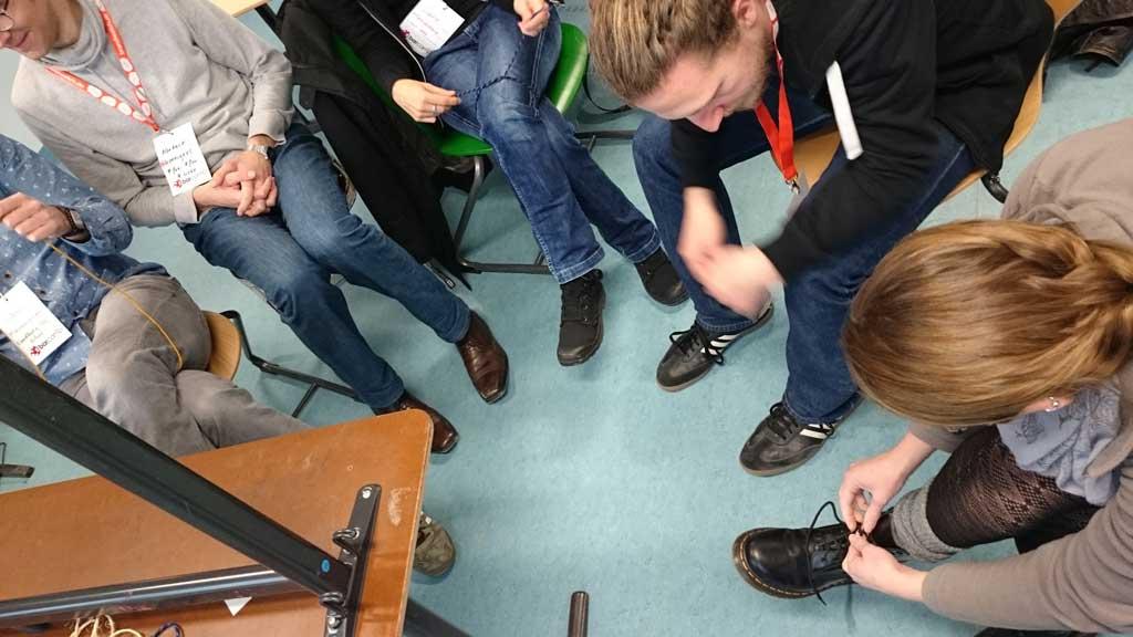 Wir binden uns die Schuhe